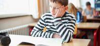 Niño distraído lectura